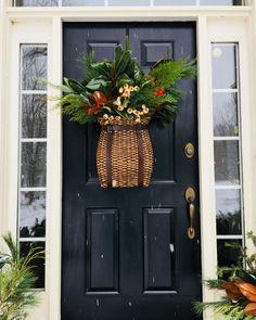 86 Amazing Front Door Decor For Farmhouse Decor > Fieltro. Front Door Christmas Decorations, Christmas Front Doors, Christmas Door, Front Door Decor, Holiday Decor, Cabin Christmas, Christmas Mantels, Fall Decorations, Christmas 2019