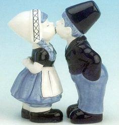*delfts blauw paartje. ook heel hollands drie kussen op de wang*