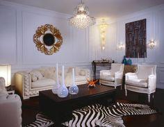 Retro Wohnzimmer, Eklektisches Wohnzimmer, Wohnräume, Eklektisches Dekor,  Wohnzimmer Ideen, Zebra Teppiche, Zebras, Innendekoration, Deko Ideen
