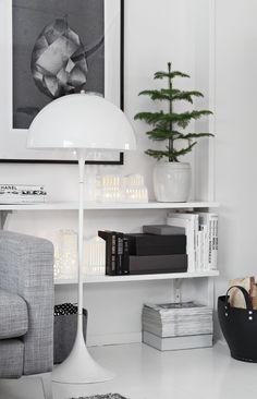 Intérieur scandinave avec une touche de décoration de Noël avec ce sapin dans un pot blanc