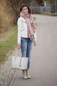 Den Look kaufen:  https://lookastic.de/damenmode/wie-kombinieren/jacke-jeans-stiefeletten-shopper-tasche-schal/1944  — Weiße Lederjacke  — Rosa Schal  — Hellblaue Jeans  — Weiße Shopper Tasche aus Leder  — Graue Leder Stiefeletten