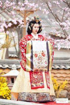 Feeding My Procrastination Korean Traditional Clothes, Traditional Fashion, Traditional Dresses, Korean Hanbok, Korean Dress, Korean Outfits, Oriental Dress, Mori Girl, Historical Clothing