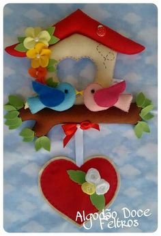 Eu Amo Artesanato: Casinha de passarinho com molde Fabric Gifts, Felt Fabric, Fabric Dolls, Foam Crafts, Diy And Crafts, Diy Y Manualidades, Felt House, Felt Wreath, Felt Decorations