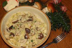 Těstoviny dáme vařit podle návodu na obalu do dostatečného množství osolené vody. Hříbky rozkrájíme na menší kousky. V pánvi rozehřejeme lžíci... Potato Salad, Spaghetti, Potatoes, Pasta, Treats, Chicken, Ethnic Recipes, Food, Sweet Like Candy