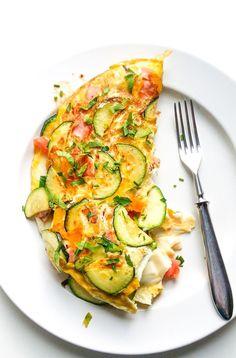 Ten delikatny omlet z warzywami i mozzarellą to szybki pomysł na pożywny posiłek. Plus sposób na przemycenie sporej ilości warzyw więc warto go spróbować!