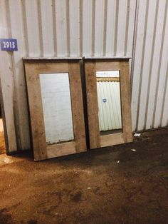 Spiegel in een lijst van gebruikt steiger hout