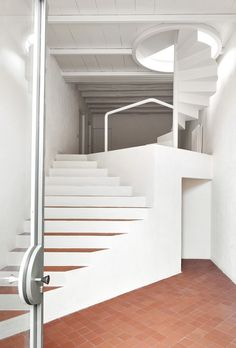 Completed in 2017 in La Tallada d'Empordà, Spain. Images by José Hevia. This house is located in La Tallada, a small typical village of the Empordà in Spain. Interior Stairs, Interior Exterior, Stairs Architecture, Interior Architecture, Stair Shelves, Stair Well, Prehung Doors, Stair Handrail, Modern Stairs