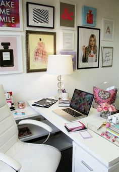 Happy Chic Workspace Home Office Details Ideas for Interior Design Decoration Organization Architecture Home Office Space, Office Workspace, Home Office Design, Home Office Decor, Office Spaces, Office Chic, Feminine Office, Office Shelving, Small Workspace