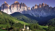 Ein beliebtes Kalendermotiv: St. Johann bei Villnöss vor der Felswand der Dolomiten.