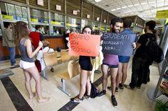 Studenti in mutande: protesta per i prestiti alle Poste di Roma
