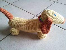 gratis patroon tekkel haken haakpatroon 2 Felt Animals, Crochet Animals, Crochet Toys, Free Crochet, Snoopy The Dog, Pretty In Pink, Bunny Blanket, Owl Crochet Patterns, Crochet Snowman