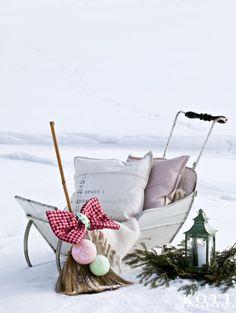 Vanha puukelkka on hellyttävä. Luuta on koristeltu styroksipalloilla, jotka on päällystetty kankaalla. Koti ja keittiö, Johanna Ilander ja Anna Kristeri, Kuva Kirsi-Marja Savola.