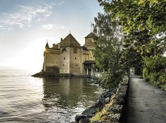 Fünf Kilometer südöstlich von Montreux thront das Schloss Chillon. Es ist berühmt für seine Lage auf einer Felseninsel am Ostufer des Genfersees. Die Insel ist nur durch einen 10 Meter breiten Graben vom Ufer getrennt.www.chillon.ch