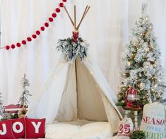 Create the ultimate holiday photo booth backdrop by hanging string lights behind the white fa Christmas Photo Props, Christmas Backdrops, Christmas Mini Sessions, Christmas Minis, White Christmas, Christmas Holidays, Photobooth Christmas, Christmas Booth, Christmas Party Backdrop