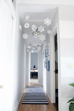 27 Easy Christmas Home Decor Ideas - Small Space Apartment Decoration For Holidays decor apartment kids These Chic Holiday Decor Ideas Are Brilliant for Small Spaces Diy Home Decor Bedroom For Teens, Room Decor For Teen Girls, Diy Home Decor Rustic, Easy Home Decor, Home Decor Styles, Budget Bedroom, Modern Decor, Decoration Shabby, Ikea