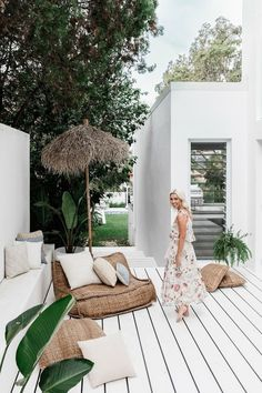 Lana Taylor's modern Mediterranean-style home – Night Parrot Lana Taylor's modern Mediterranean-style home painted white porch + tropical plants White Porch, White Deck, White Wood, Mediterranean Style Homes, Mediterranean Architecture, House With Porch, Tropical Plants, Tropical Decor, Tropical Interior