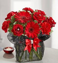 rosas vermelhas, gerberas vermelhas e and frilly red carnations are gathered in a glass rectangle vase wrapped in lacey black organza. Finished with a red rhinestone band and rhinestone pins in the roses. Amazing Flowers, Red Flowers, Red Roses, Beautiful Flowers, Flowers Vase, Tulips, Deco Floral, Arte Floral, Ikebana