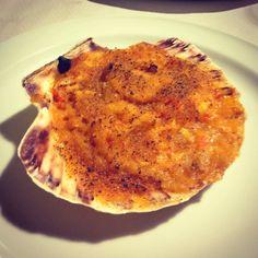 """La vieira, además de ser un auténtico manjar gastronómico, es un símbolo muy antiguo que se relaciona con el """"renacer"""" que el peregrino experimenta tras caminar a Santiago de Compostela."""