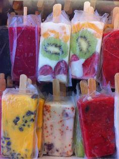 INGRED. Cinco unidades de iogurte natural Frutas cortadas Adoçante (ou mel) Palitos para picolés. Forminhas para picolés (ou copo descartável) MODO DE FAZER: Bater o iogurte com o adoçante ou  mel Coloque as frutas cortadas nas forminhas de picolés Cubra com o iogurte já batido. Deixe no congelador ou freezer por mais ou menos 12 horas. DICA EXTRA: quem não está de Dieta, pode adicionar creme de leite ao iogurte antes de bater. O picolé fica bem mais cremoso.