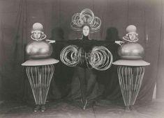 """Fotograf unbekannt, Oskar Schlemmer (Entwurf), Goldkugel - Drahtkostüm - Goldkugel, Figurinen für """"Das Triadische Ballett"""", 1932 Bauhaus-Archiv Berlin"""