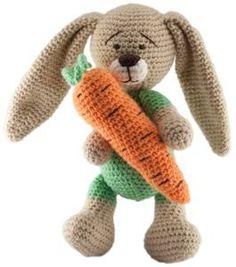 Conejo amoroso de ganchillo con zanahoria
