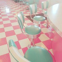 Retro diner, beautiful pink pastel floors, love love love it! Vintage Diner, Retro Diner, Fifties Diner, Vintage Restaurant, Vintage Signs, Diner Aesthetic, Aesthetic Vintage, Aesthetic Pastel, 1950s Aesthetic