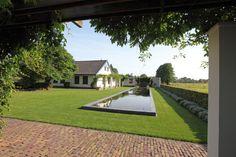 Grote sfeervolle #tuin met een grote strakke rechthoekige vijver #tuinen #tuininspiratie #vijver #hovenier #hoveniers