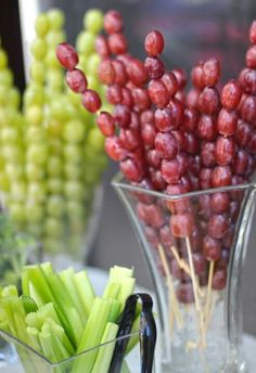 Grapes skewers! And a beautiful vase create an elegant classy look!                                                                                                                                                                                 Más