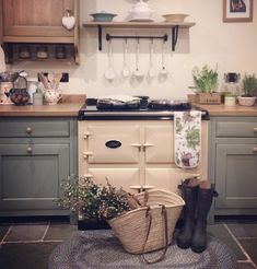 Countertops and cabinets - cottage kitchens Aga Kitchen, Country Kitchen, Kitchen Dining, Kitchen Decor, Cottage Kitchens, Home Kitchens, English Kitchens, Shabby, Cottage Interiors