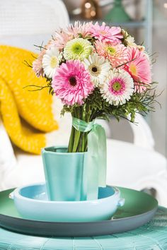 Colourful gerbera bouquet in a small blue vase #pinkgerberas #floral #flower #whitegerberas #inspiration #colouredbygerbera #dutchgerbera