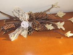 ciao a tutti questo decoro natalizio è realizzato con pigne naturali,tessuto e perline
