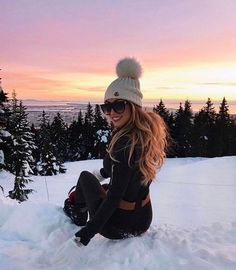 This is something beautiful! Just look at this beautiful winter idyll, this beautiful sunset! I feel perfect, even as I sit on the snow. Warm winter clothes , all we need for a wonderful winter vacation. Fall Winter Outfits, Winter Wear, Autumn Winter Fashion, Winter Holiday, Winter Clothes, Winter Photography, Photography Poses, Christmas Photography, Mode Au Ski