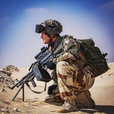 Un #légionnaire du 2e régiment étranger de parachutistes #2REP prend position sur un point haut dans le désert, aux Émirats Arabes Unis. Cet exercice franco-émirien Gulf 2016 a été conduit par le Groupement tactique interarmes (GTIA) du 5e Cuirassiers.☀️  SCH Cédric B/armée de Terre