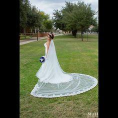 A Classic pose. #wedding #boda #weddingfashion #weddingstyle #weddingceremony #weddingparty #weddingprep #weddingdress #weddingphotography #weddinginspiration #bouquet #weddingplanner #engagementring #ring #brides #novias #ramodenovia #vestidodenovia #dress #canon #romantic
