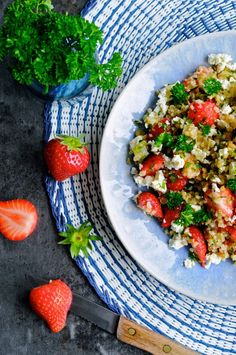 Nem bulgursalat med feta. Aftensmad, tilbehør, hovedret, bulgur, salat, jordbær, feta, sommer.
