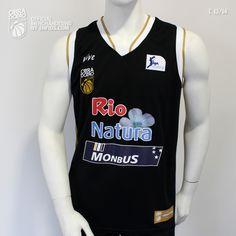 Camiseta que viste el equipo, temporada 2013/14.  Camiseta Oficial OBARADOIRO CAB de la 2ª equipación. Es original negra, reborde de cuello y mangas dorado y blanco. En la parte superior derecha del pecho la marca VIVE y el logo OBRADOIRO y en la parte superior izquierda el logo LIGA ENDESA. En la parte central RIO NATURA MONBUS.