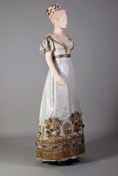 Evening dress and court train with gold embroidery, ca. KSUM and KSUM Collection of the Kent State University Museum. 1800s Fashion, 19th Century Fashion, Victorian Fashion, Vintage Fashion, Fashion Fashion, Vintage Outfits, Vintage Gowns, Vintage Hats, Moda Vintage