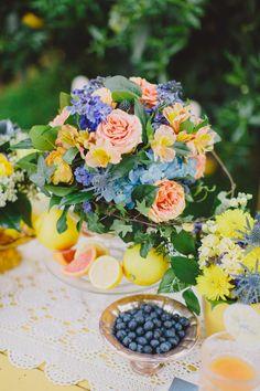 Buffeepöydän kukka-asetelma