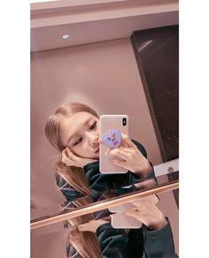 i wanted someone to plant me a rose Kpop Girl Groups, Korean Girl Groups, Kpop Girls, Kim Jennie, Selfi Tumblr, Foto Rose, Foto Mirror, Rose Park, Kim Jisoo