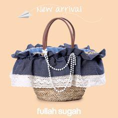 New Arrival by FULLAHSUGAH Ψάθινη τσάντα με βολάν και πέρλες | 1439102834 #sales #trends #summer_look #fullah_sugah #style #bags