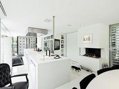 Białe, nowoczesne wnętrze ekskluzywnego domu z otwartą, interesującą aranżacją. Zobacz również nowoczesne wnętrza na http://mobilianidesign.pl/projekty-wnetrz/apartamenty-prywatne/