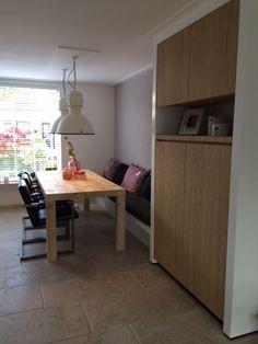 Eindresultaat eethoek: Tafel steigerhout, wandkast eiken fineer, bank mdf, kussen Sunbrella stof. Ontwerp en uitvoer door www.meubelenmaatwerk.nl / www.steigerhoutenzo.nl