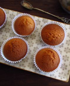 If you are going to have a party and want to prepare simple things for your guests, this delicious vanilla muffins recipe it's easy and will make. Vanilla Muffin Recipe, Christmas Biscuits, Cake Toppings, Biscuit Recipe, Muffin Recipes, Tray Bakes, A Table, Muffins, Food Porn