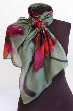 Echarpe em seda pura pintada a mão.