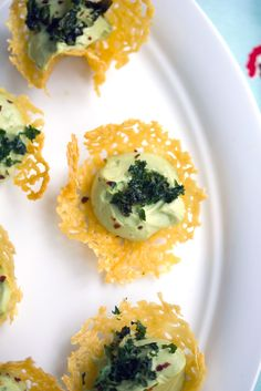 Cheddar Cups with Avocado Feta Mousse -- A fun and flavorful party appetizer… Finger Food Appetizers, Appetizers For Party, Finger Foods, Appetizer Recipes, Tapas, Avocado Mouse, Cheddar, Yummy Snacks, Healthy Snacks