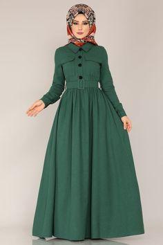 ELBİSE Çiçek Detay Elbise 8397D170 Zümrüt Muslim Dress, Hijab Dress, Hijab Outfit, Street Hijab Fashion, Muslim Fashion, Dress Pesta, Afghan Dresses, Medieval Dress, Dress Suits