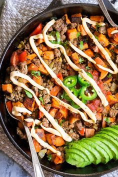 This taco sweet potato skillet is loaded with spicy ground beef peppers and onions jalapeños salsa avocado and chipotle ranch plus any and all of your favorite toppings! Try a crispy fried egg and crumbled bacon for brunch heaven! Paleo and compliant. Beef Skillet Recipe, Skillet Meals, Skillet Recipes, Pizza Recipes, Crockpot Meals, Sweet Potato Tacos, Loaded Sweet Potato, Paleo Whole 30, Whole 30 Recipes