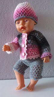 Nu när lillsessan fått ny, virkad kofta ville hon ju såklart att även dockan skulle få nya kläder. Här har dockan fått ny kofta, korta byxor...