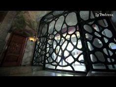 ▶ La singularitat de les portes de La Pedrera//La singularidad de las puertas de La Pedrera - YouTube La Pedrera, Antoni Gaudi, Civilization, Cube, Architecture, Building, Art, Youtube, Style