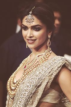 Jewellery Inspiration - If you are looking for something more conventional, classic and refined, then perhaps the delicate and smaller maang tikka will be your choice. Smaller maang tikkas are popular with brides, as well as non-brides, as it's a a piece that can be worn again and again with various outfits and at numerous wedding festivities - Deepika Padukone in a delicate diamond and pearl maang tikka by Farah Ali Khan #thecrimsonbride